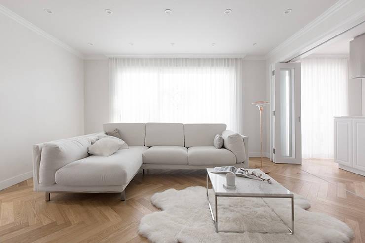 클래식하고 따뜻한 20평대 빌라 인테리어: husk design 허스크디자인의  거실