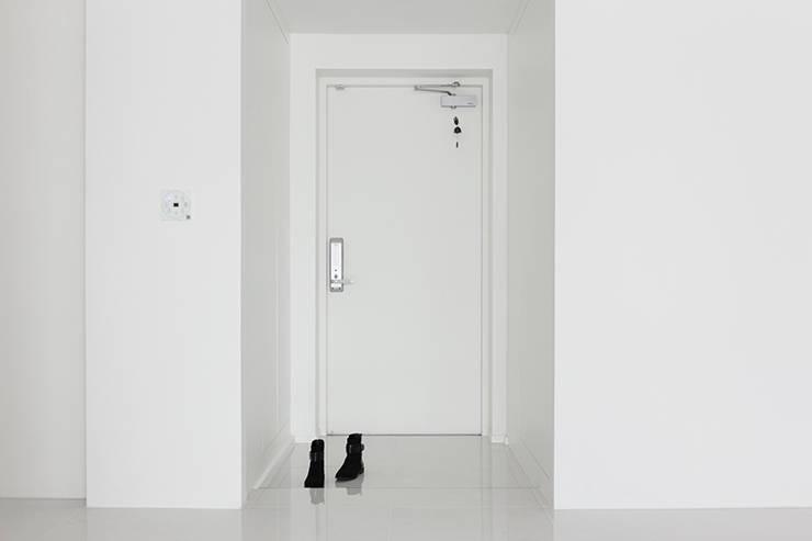 화이트 톤으로 모던하고 미니멀하게 꾸민 30평대 아파트 인테리어: husk design 허스크디자인의  복도 & 현관