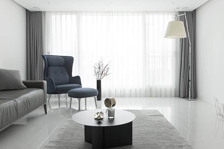 화이트 톤으로 모던하고 미니멀하게 꾸민 30평대 아파트 인테리어: husk design 허스크디자인의  거실