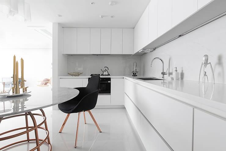화이트 톤으로 모던하고 미니멀하게 꾸민 30평대 아파트 인테리어: husk design 허스크디자인의  주방