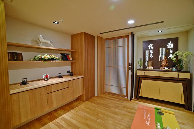住空間-信義路:  書房/辦公室 by 青易國際設計