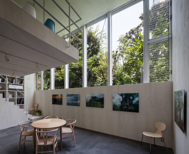 根岸のアトリエ / Atelier in Negishi: 庄司寛建築設計事務所 / HIROSHI SHOJI  ARCHITECT&ASSOCIATESが手掛けたリビングです。