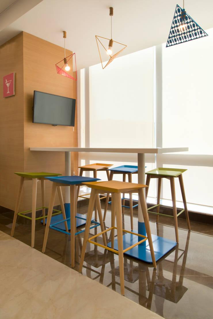 P&G CAFE CHAKALA:  Dining room by smstudio,Modern