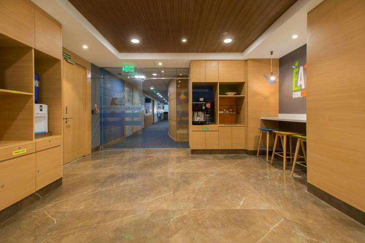 P&G CAFE CHAKALA:  Corridor & hallway by smstudio,Modern