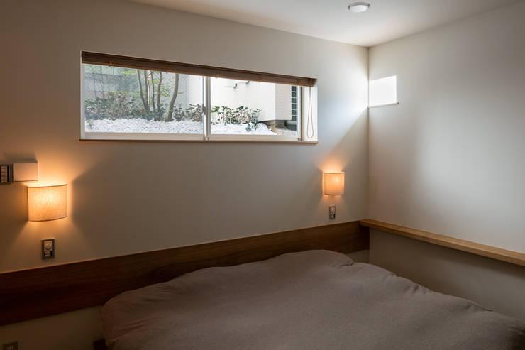 井の頭の家 / House in Inokashira: 庄司寛建築設計事務所 / HIROSHI SHOJI  ARCHITECT&ASSOCIATESが手掛けた寝室です。
