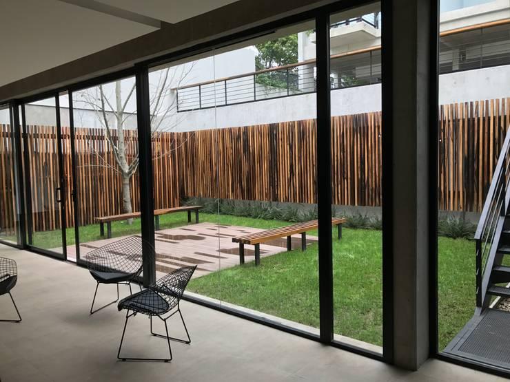 Vista desde el Quincho: Jardines de estilo  por Vivero Antoniucci S.A.,Moderno
