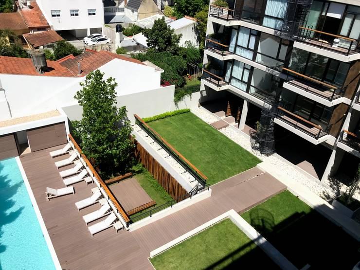 Los Jardines de Planta Baja vista desde la terraza: Jardines de estilo  por Vivero Antoniucci S.A.,Moderno