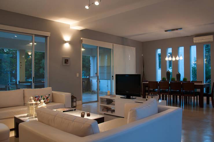 Casa 131: Livings de estilo moderno por Papillon Arquitectura