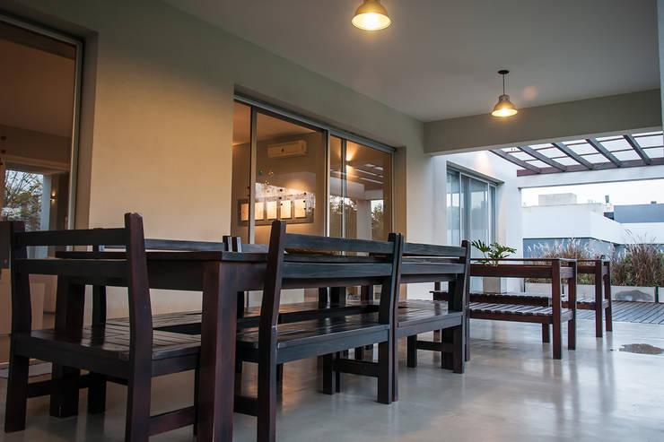 Casa 131: Terrazas de estilo  por Papillon Arquitectura