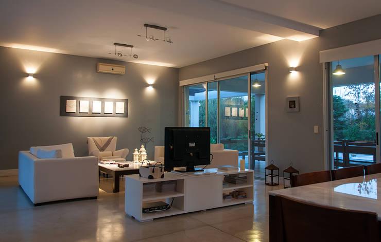 Casa 131: Livings de estilo  por Papillon Arquitectura
