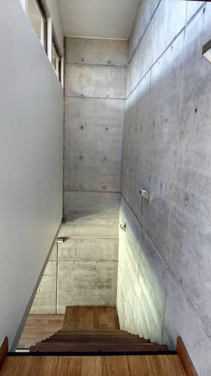 VISTA DE LA ESCALERA DESDE EL SEGUNDO PISO : Escaleras de estilo  por arquiroots