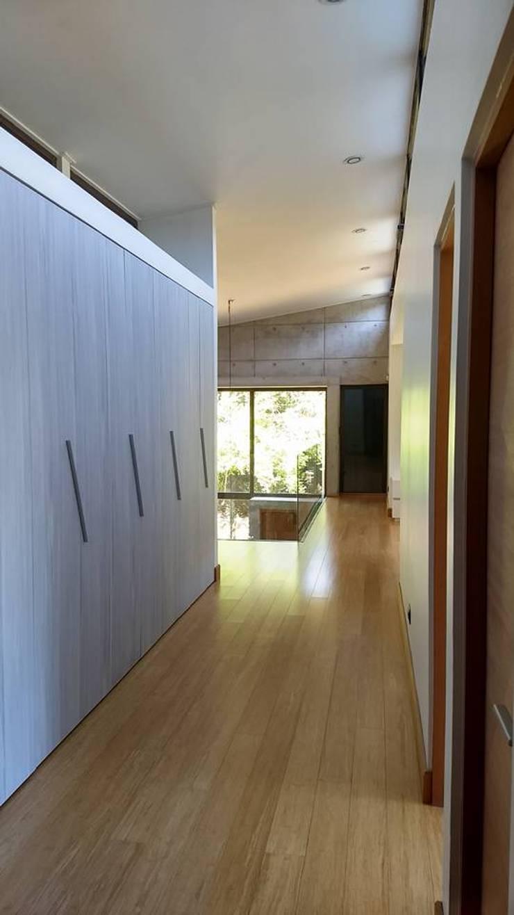 PASILLO DORMITORIOS: Pasillos y hall de entrada de estilo  por arquiroots