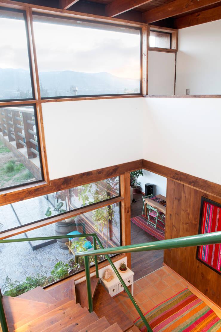 VISTA ESCALERA DESDE EL SEGUNDO PISO : Escaleras de estilo  por arquiroots