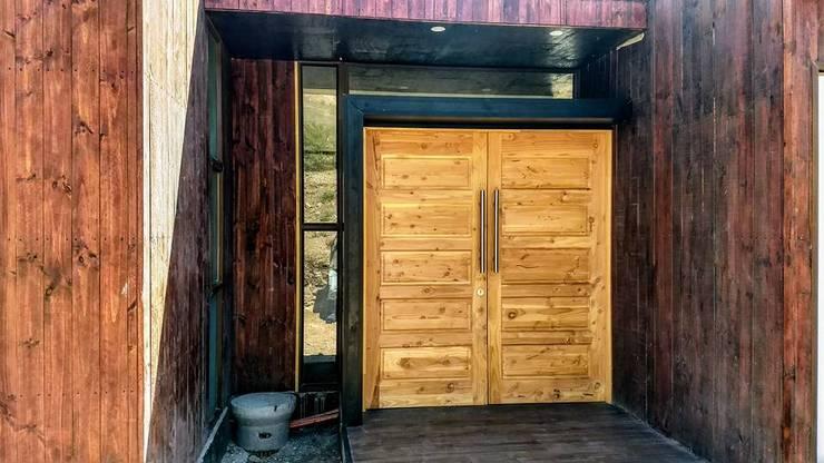 Puertas de entrada de estilo  por homify