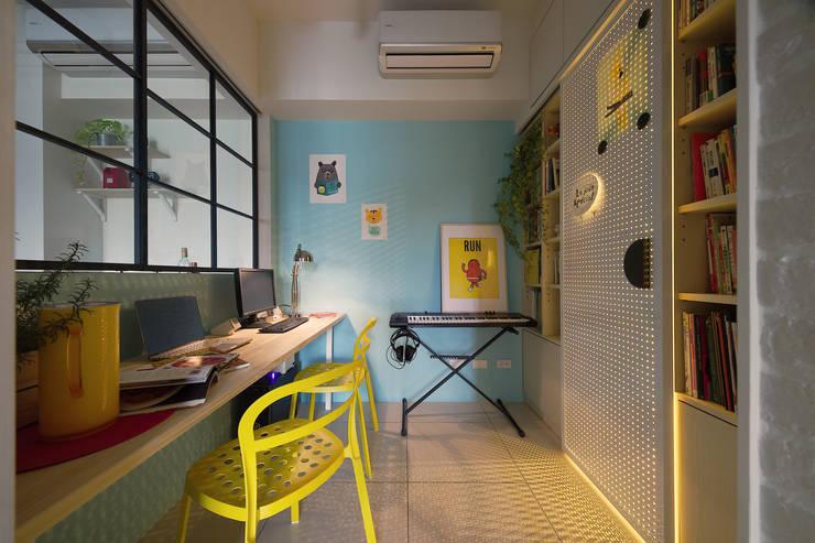 Phòng học/văn phòng phong cách Bắc Âu bởi 一葉藍朵設計家飾所 A Lentil Design Bắc Âu Than củi Multicolored