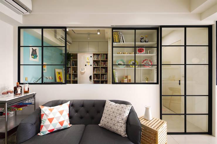 舒適的客廳:  客廳 by 一葉藍朵設計家飾所 A Lentil Design
