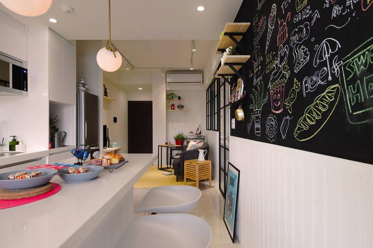 廚房黑板裝飾牆:  廚房 by 一葉藍朵設計家飾所 A Lentil Design