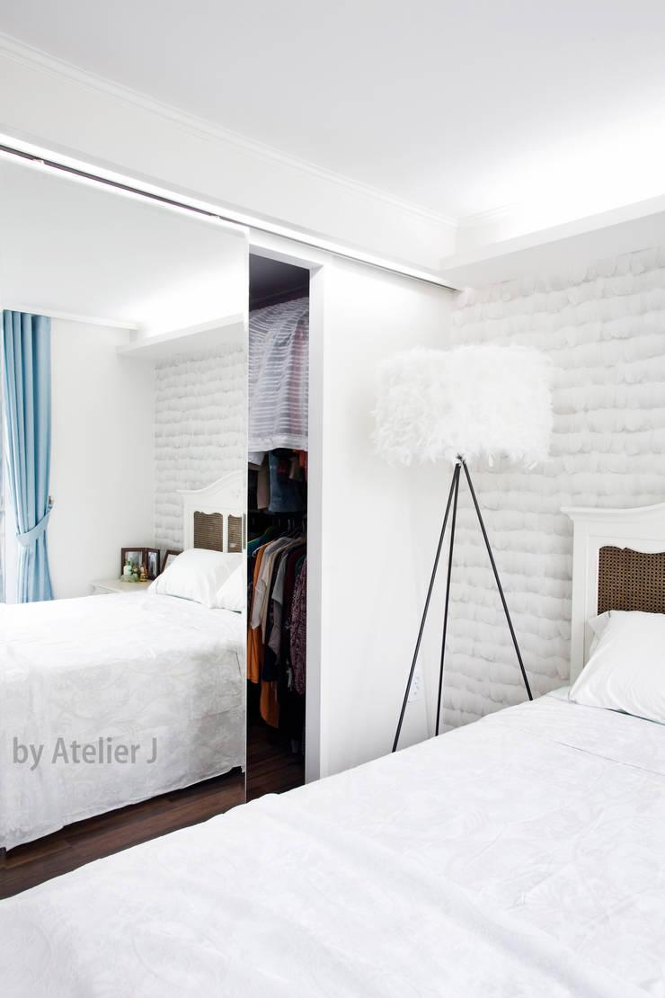 원 포인트로 20년된 20평대 아파트 리모델링 하기: Atelier J의  드레스 룸