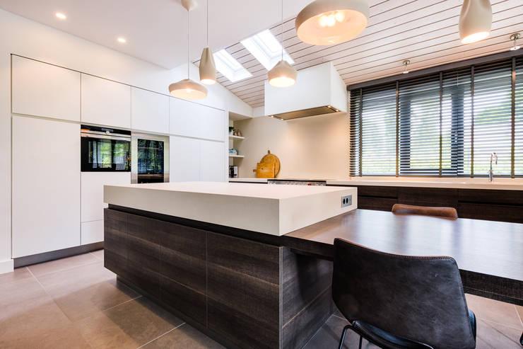 Woonhuis Utrecht:  Keukenblokken door DWB2C, Modern