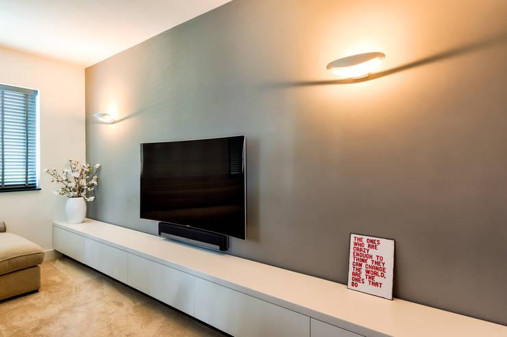 Woonhuis Utrecht:  Mediakamer door DWB2C, Modern