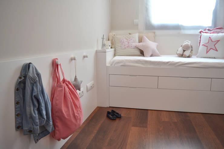 Piso en el Eixample de Barcelona: Dormitorios infantiles de estilo  de Thinking Home