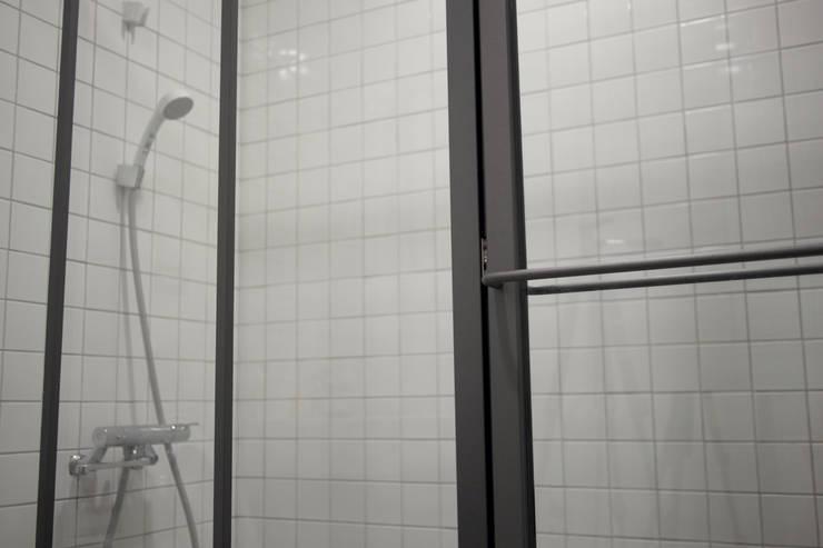金屬框玻璃隔間:  浴室 by 日常鉄件製作所