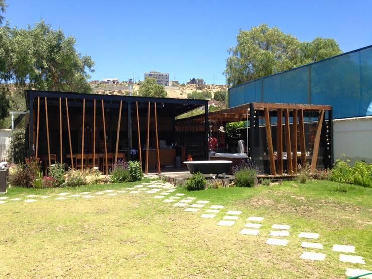 FACHADA PRINCIPAL: Casas de estilo  por arquiroots