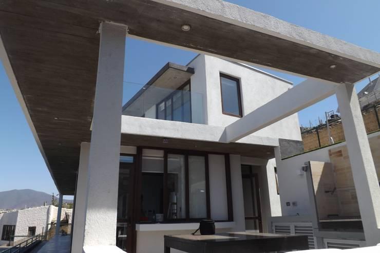 QUINCHO: Casas de estilo  por arquiroots