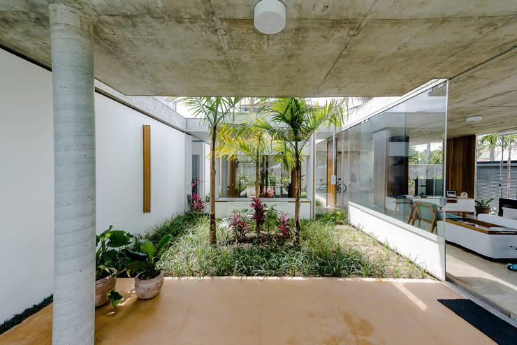 Jardim: Jardins de fachadas de casas  por Vereda Arquitetos