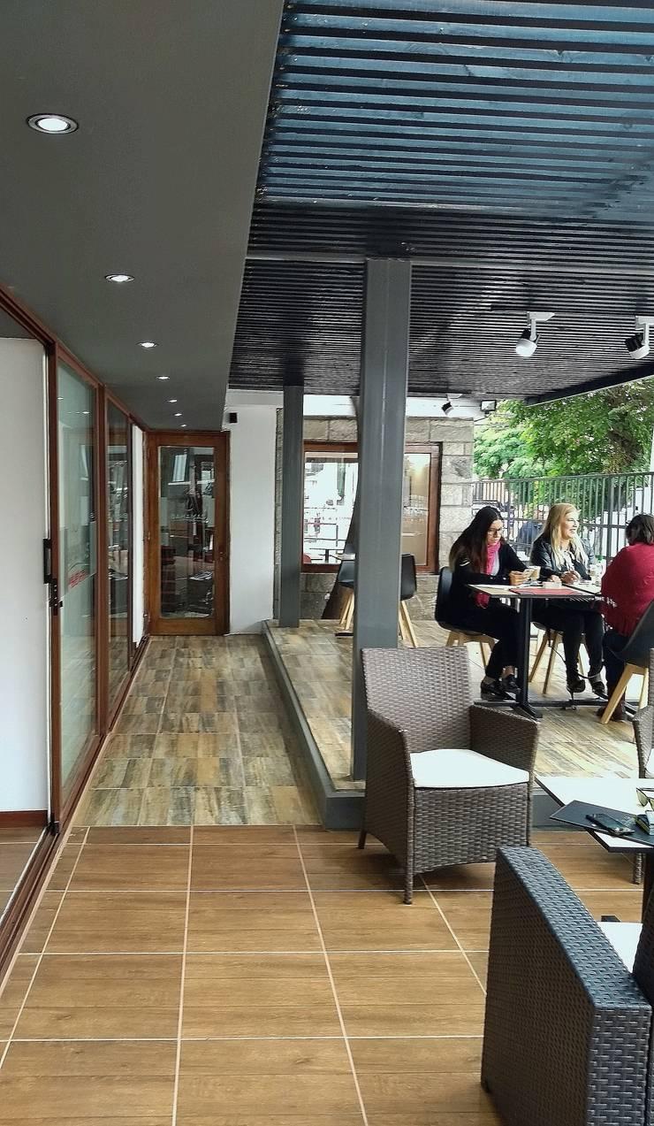 PASILLO EXTERIOR : Pasillos y hall de entrada de estilo  por arquiroots