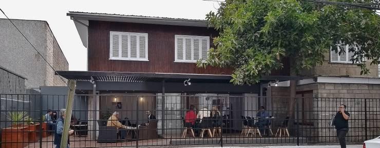 FACHADA CALLE PRAT: Casas de estilo moderno por arquiroots