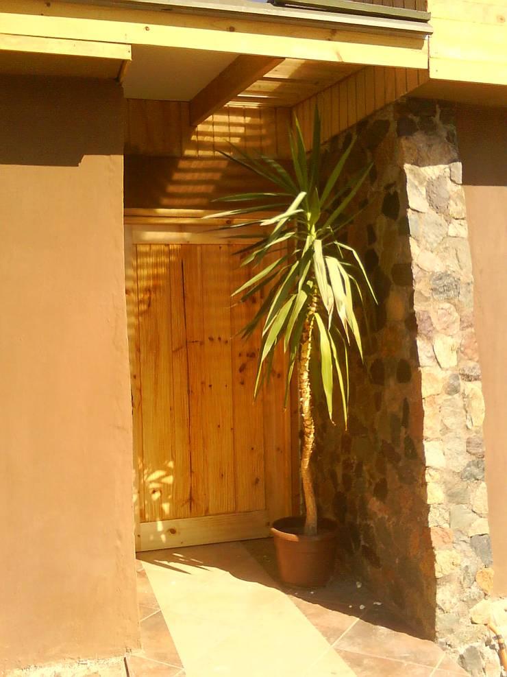 HALL DE ENTRADA: Pasillos y hall de entrada de estilo  por arquiroots