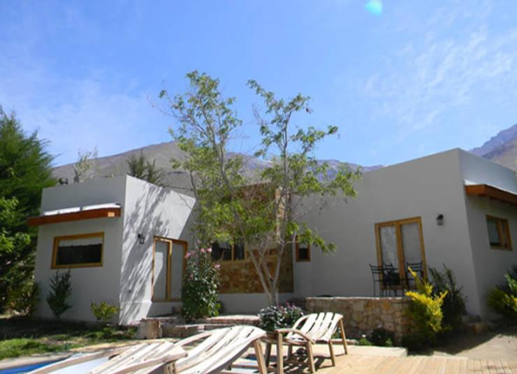 FACHADA : Casas de estilo  por arquiroots