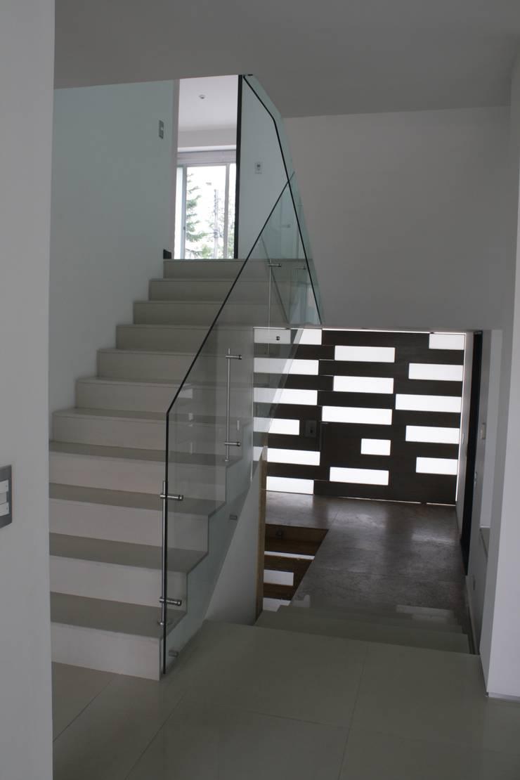 CASA MONTES: Escaleras de estilo  por RIVAL Arquitectos  S.A.S.