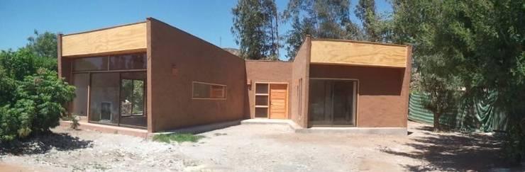 FACHADA DE ENTRADA: Casas de estilo  por arquiroots