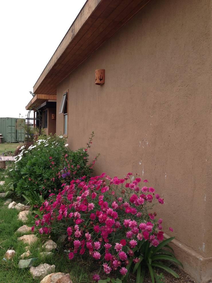 FACHADA: Casas de estilo  por arquiroots