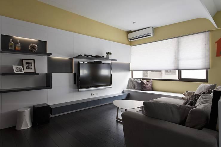 光源通透、無限放大的居家LOOK!:  客廳 by 禾光室內裝修設計 ─ Her Guang Design