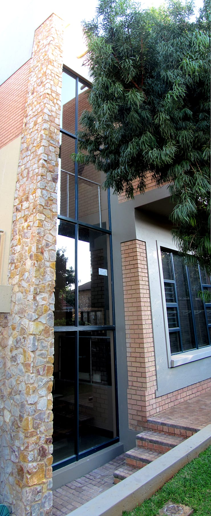 Glass Facade:  Houses by Nuclei Lifestyle Design, Modern