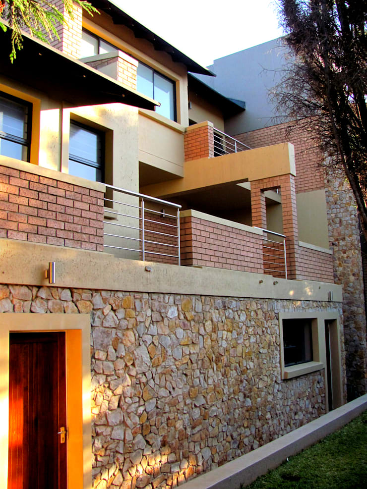 Exterior view from back yard:  Single family home by Nuclei Lifestyle Design, Modern