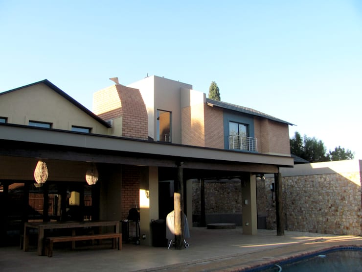 Exterior view from swimming pool:  Single family home by Nuclei Lifestyle Design, Modern