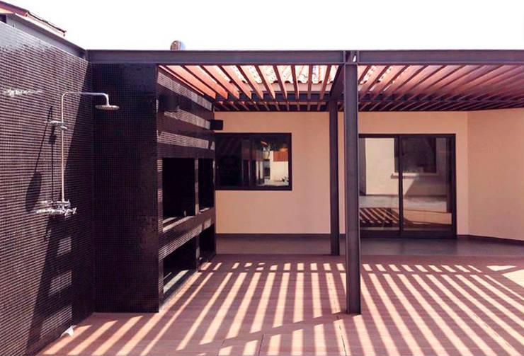 Moderner Balkon, Veranda & Terrasse von MOBEC Modern