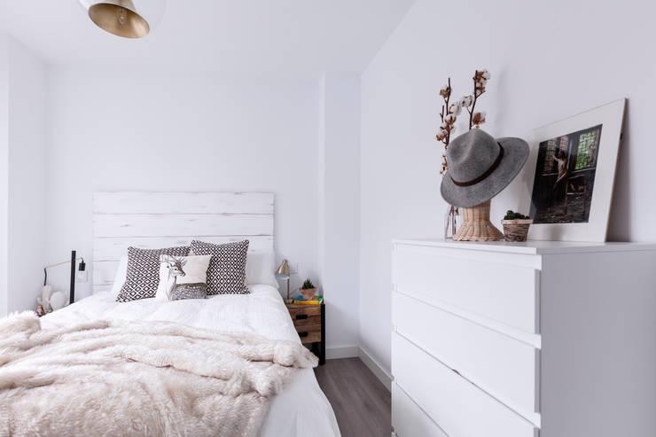 Cabecero  de estilo nórdico diseñado a medida: Dormitorios de estilo industrial de Dimeic