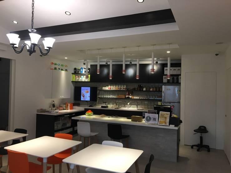 賀寶芙設計案 特色造型 大膽配色:  餐廳 by 捷士空間設計(省錢裝潢)