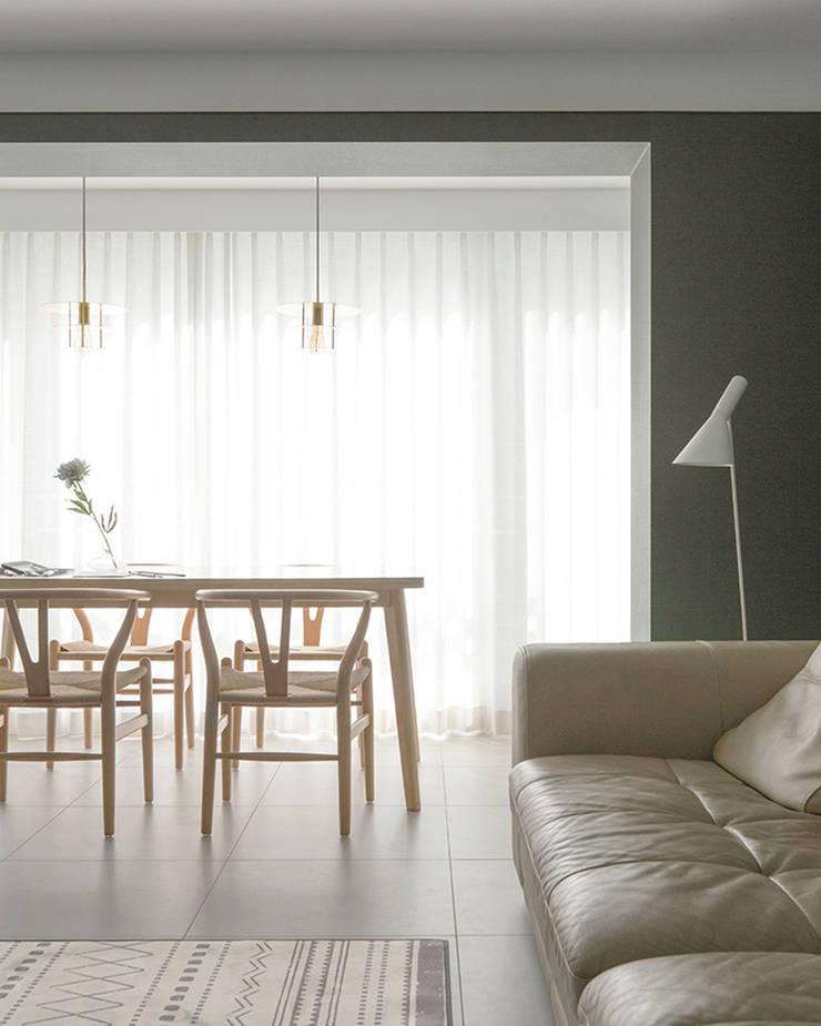 거실인테리어: husk design 허스크디자인의  거실