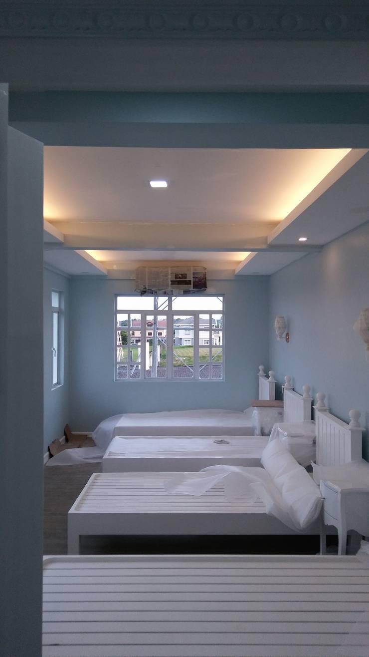 Modern Mediterranean Residence:  Bedroom by E V Design + Architects