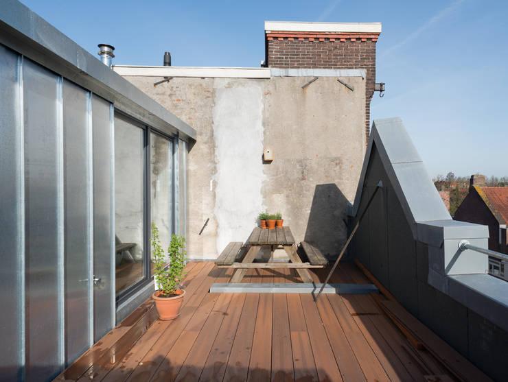 Roof Terrace:  Schuin dak door Kevin Veenhuizen Architects, Modern Aluminium / Zink