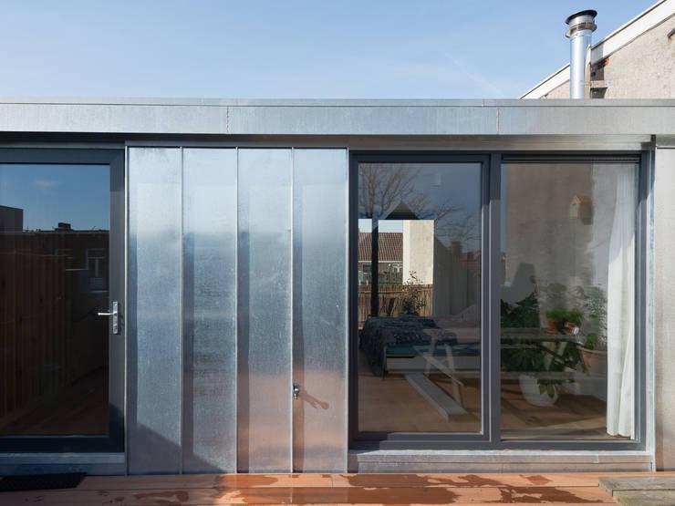 Zinc cladding:  Schuin dak door Kevin Veenhuizen Architects, Modern Aluminium / Zink
