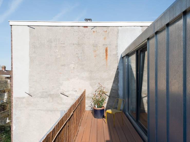 Roof Terrace at the back:  Schuin dak door Kevin Veenhuizen Architects, Modern Aluminium / Zink