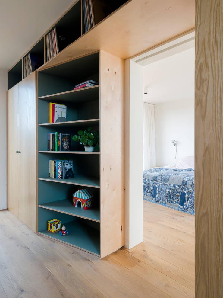 Functional division:  Schuin dak door Kevin Veenhuizen Architects, Modern Hout Hout