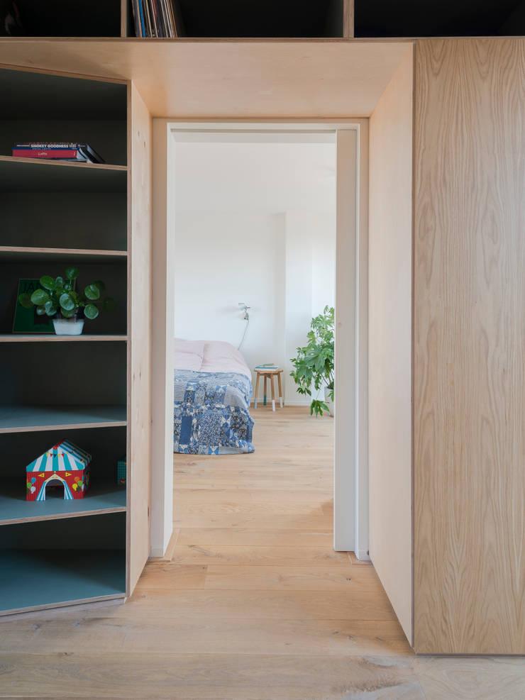 Detail of cupboard:  Schuin dak door Kevin Veenhuizen Architects, Modern Hout Hout